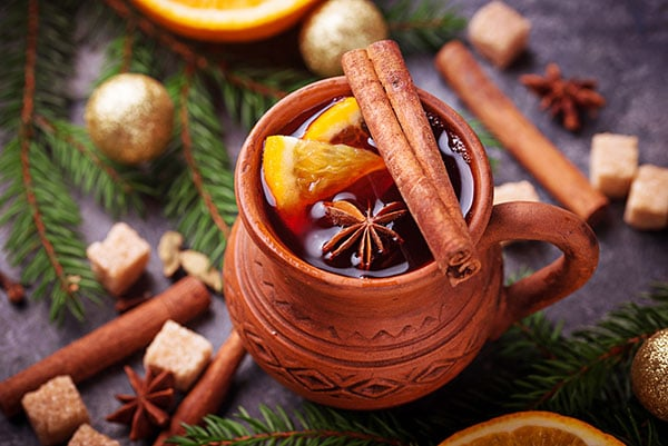 mulled-wine-winter-hot-drink-L23NRSH_600